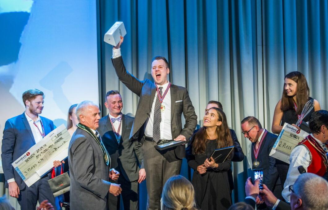 Kjell Patrick Ørmen Johnsen er vinner av NM i kokkekunst 2017. Bronsevinner Odd Ivar Jørgensen til venstre og sølvvinner Runa Kvendseth helt til høyre. Like til høyre for Ørmen Johnsen hans commis Live Krangnes Edvardsen. (Foto: Fredrik Ringe/NKL)