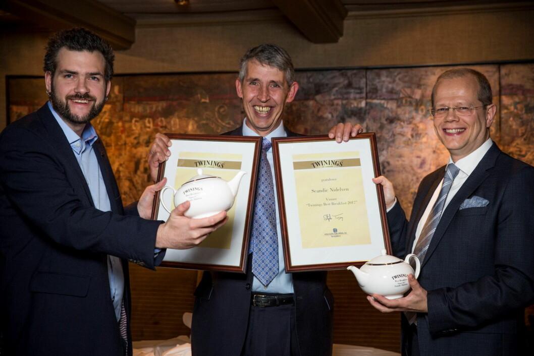 Øivind Tiller (til venstre) og Kjetil Vassdal tok imot prisen for Scandic Nidelven. I midten Stephen Twining. (Foto: Ihne Pedersen/Haugen-Gruppen)