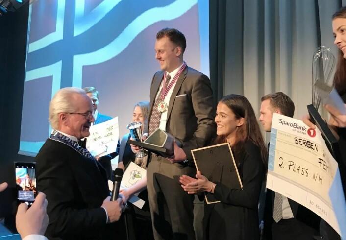 Kjell Patrick Ørmen Johnsen vant NM i kokkekunst 2017. Her sammen med commis Live Krangnes Edvardsen under prisutdelingen. (Foto: NKL)