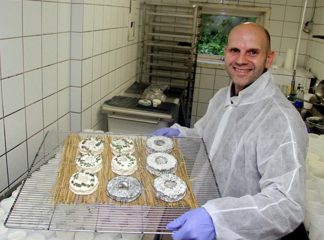 Bo Jensen i det lille ysteriet på Aurenes like ved Undheim i Rogaland. (Foto: Morten Holt)