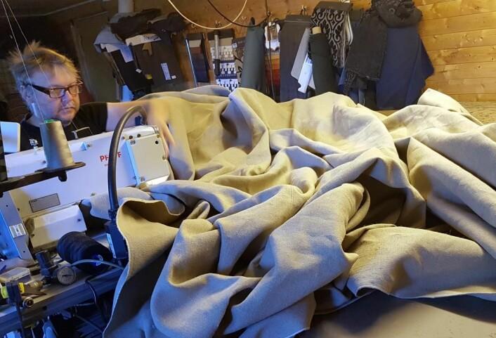 Frode Furunes har mange timer ved symaskinen. (Foto: Privat)