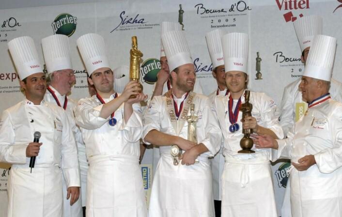 Tom Victor Gausdal (midten) tok sølv i Bocuse d'Or 2005, slått med ett knepent poeng av franske Serge Vieira (til venstre for Gausdal). Til høyre danske Rasmus Kofoed, som fikk bronse her i 2005. Siden tok han sølv i 2007, før han endelig fikk fulltrefferen i 2011. (Foto: Bocuse d'Or Norge/GL Events)