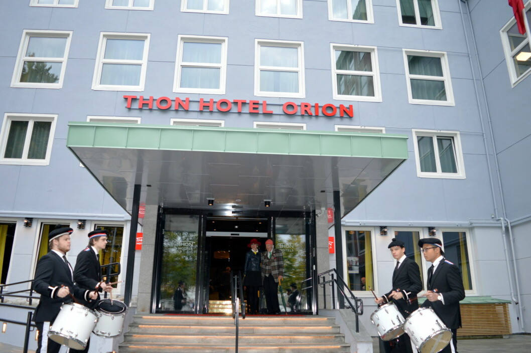Designansvarlig i Olav Thon Gruppen, Sissel Berdal Haga, og konsernsjef i Olav Thon Gruppen, Olav Thon, i inngangspartiet under 60-årsfeiringen av Thon Hotel Orion i Bergen. (Foto: Thon Hotels)