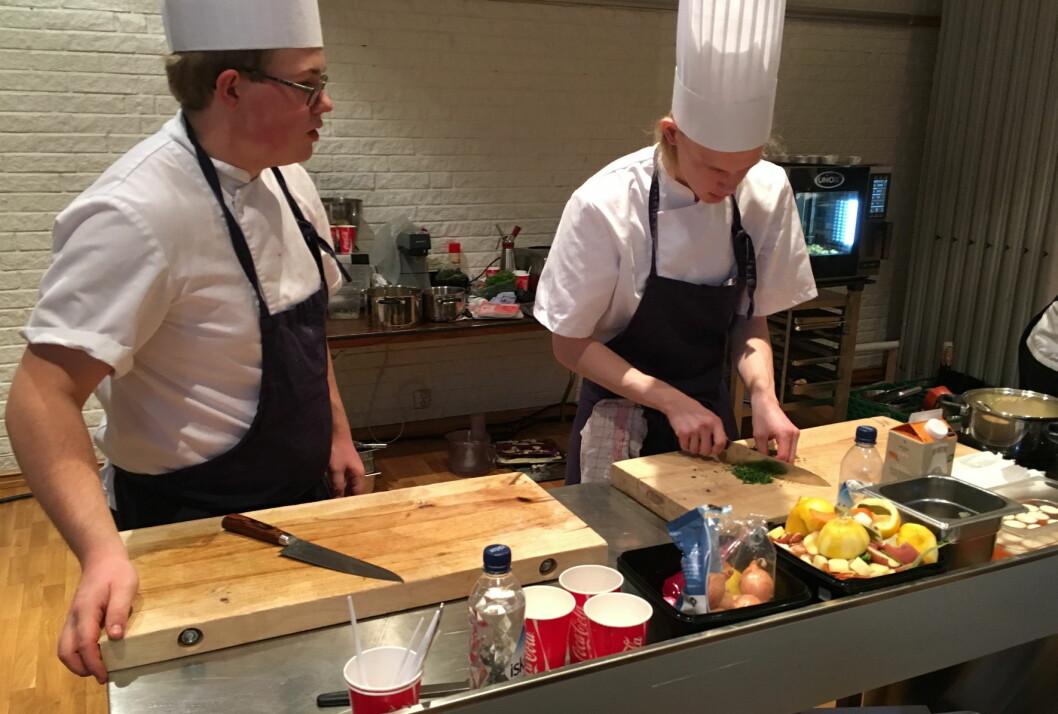 Seks lag og 12 kokkelærlinger er i dag i aksjon i lærlingkonkurransen på Østlandske Storhusholdning. Dette er Jan Marius Nygård Hagen og Gjermund Solberg fra restaurant Forstmann i Elverum. (Foto: Rolf Goplen)