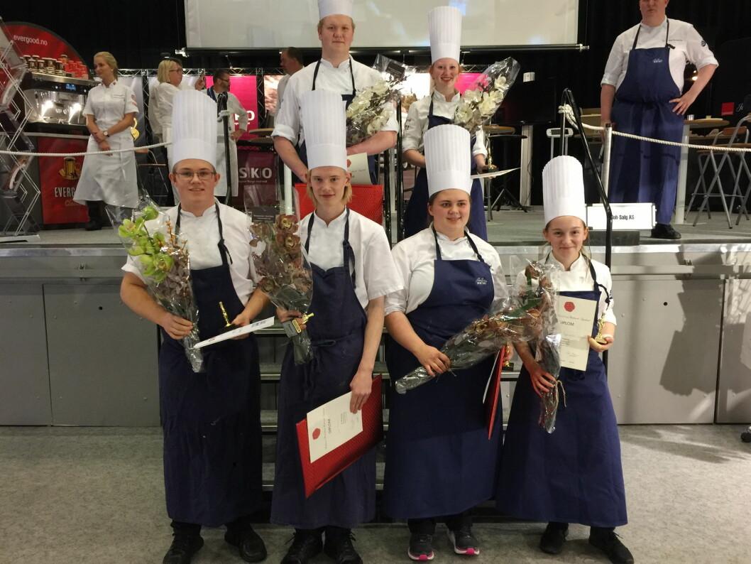 De tre beste lagene samlet etter konkurransen. Vinnerne, Oskar Devik Olsen (Bessheim) og Camilla Brendjord Hetland (Vianvang), bak. (Foto: Østlandske Storhusholdning)