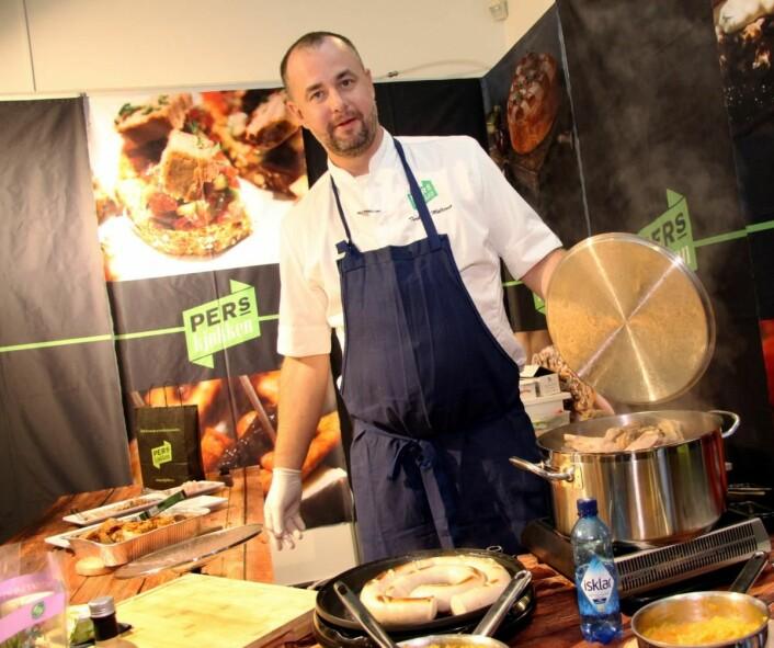 Torbjørn Møllerop fra Pers Kjøkken serverer ribbe, pinnekjøtt og pølse, produsert av bedriften i Sandefjord. (Foto: Morten Holt)