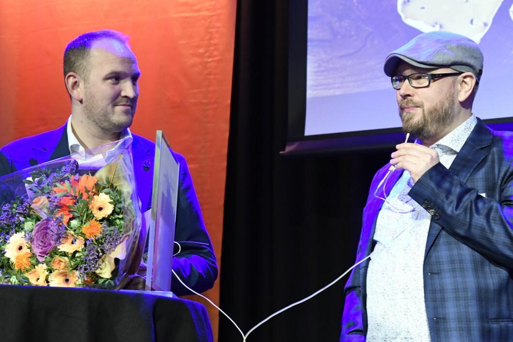 Inge Johnsen (til høyre) fikk prisen overrakt av landbruks- og matminister Jon Georg Dale. (Foto Maren N. Larsen, Matmerk)