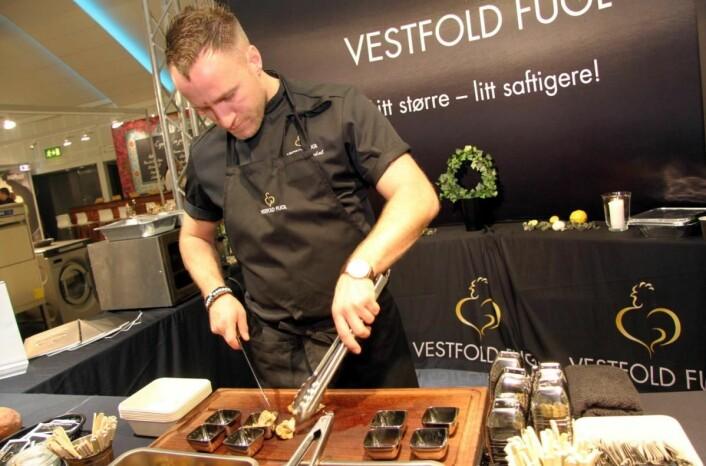 Ruben Øksendal hos Vestfold Fugl tilbereder bakt benfritt kyllinglår med urter og hvitløk. (Foto: Morten Holt)