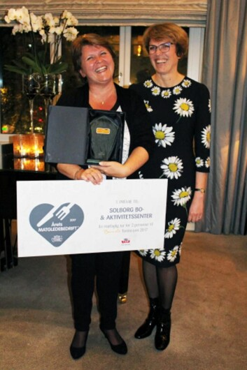 S<em>tolt og glad vinner, Hege Nygaard fra Solborg Bo- og aktivitetssenyer, sammen med Tines konsernsjef Hanne Refsholt. (Foto: Brita Unnerud)</em>
