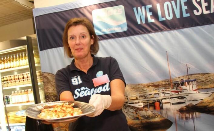 Mari Hasselgård hos Feldts Fisk & Skalldyr serverer smaksprøver. Selskapet har hovedbase i Smögen i Sverige, og den norske avdelingen holder til i Drammen. (Foto: Morten Holt)
