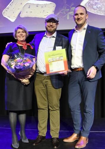 Inge Johnsen (midten) fikk prisen overrakt av landbruks- og matminister Jon Georg Dale. Til venstre: Administrerende direktør i Matmerk Nina Sundqvist. (Foto Maren N. Larsen, Matmerk)