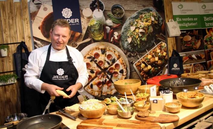 Fargerik stand hos Jæder. Her tilbereder Espen Solgaard slidersbrød med hvitløksmør fra Mills. (Foto: Morten Holt)