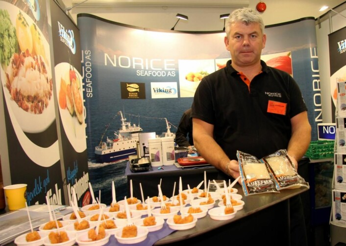 Salgssjef Tore Hamre hos Norice Seafood AS/Viking Seafood AS viser frem lutefisken, som nylig fikk sølvmedalje. Til venstre fritert blekksprut. (Foto: Morten Holt)