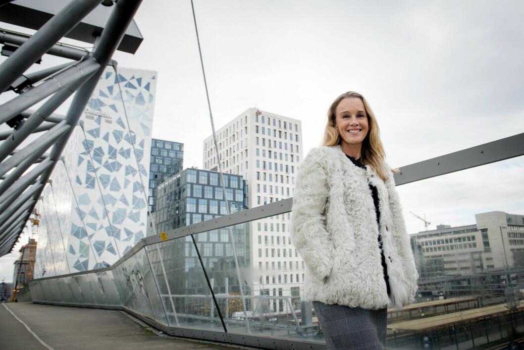 Maria Louise Rognerud, direktør Bygulv i Oslo S Utvikling, foran Barcode. (Foto: Katrine Lunke)