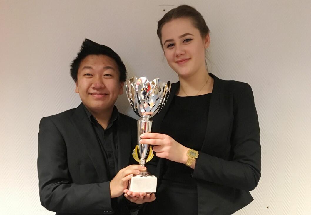 Kornelia Plociennik og Erlend Paulsen. (Foto:Opplæringskontoret for hotell- og restaurantfag i Hordaland)