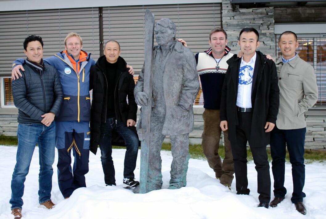 Gjengen samlet rundt Beitostølen Resort-gründer Steinar Hovi, kjent for sine hårete mål. Han ville vært utrolig stolt i dag. (Foto: DestinasjonsKirurgene)