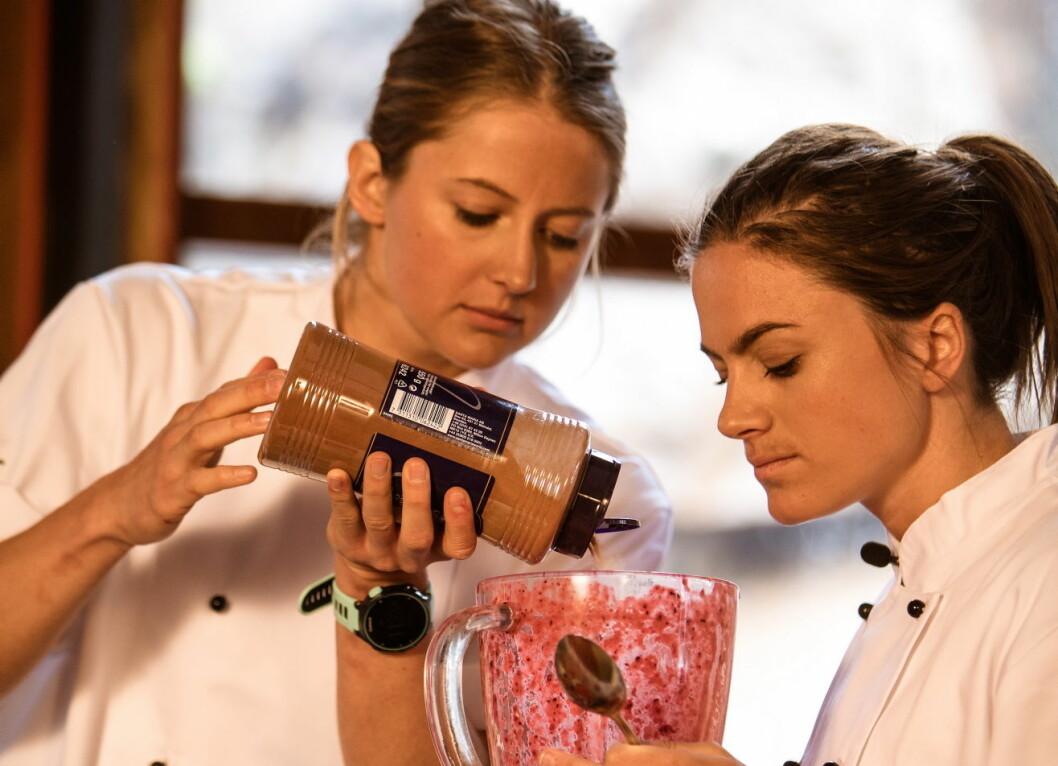 Ingvild Flugstad Østberg lager sin smoothie - her sammen med Heidi Weng. (Foto: Joakim Mangen)