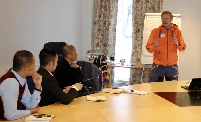 Håvard Kolbu gjennomgår skiinstruktør-utdannelsen for de kinesiske besøkende på Beitostøen. (Foto: DestinasjonsKirurgene),