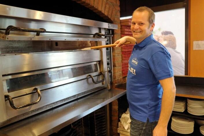 Kristian Simonsen serverer «ekte» Østfold-pizza. (Foto: Heidi Fjelland)