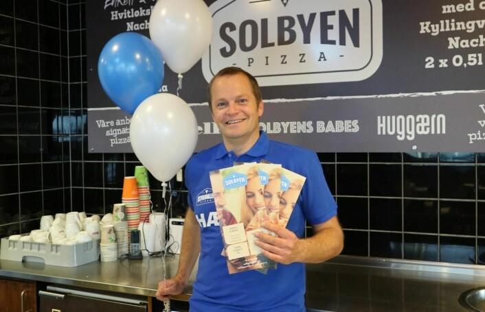 – Den ene pizzaen, Solbybabes, er en hyllest til mine ansatte, sier Kristian Simonsen. (Foto: Heidi Fjelland)