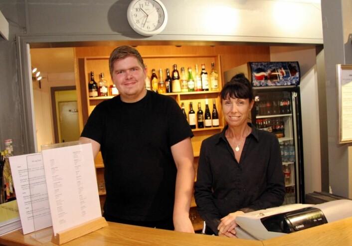 Stig Magne Grøtheim arbeider i en 80 prosent stilling på Sømna Kro & Gjestegård. Her sammen med daglig leder Karina Monsen. (Foto: Morten Holt)