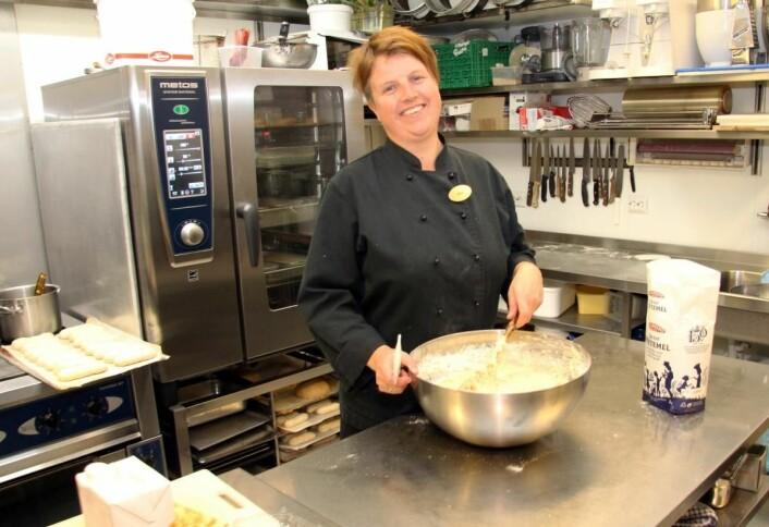 Nina Bendiksen har vært kokk på Sogndalstrand Kulturhotell siden 1995. (Foto: Morten Holt)