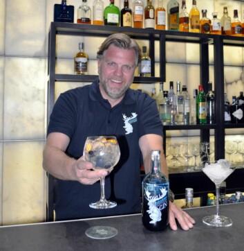 Hans Chr. Riege er Det Norske Brenneris mann i Spania. Dette bildet er tatt i baren på Hotel Urban i Madrid. Det Norske Brenneris importør i Spania det kan selges mellom 30 000 og 50 000 flasker i det spanske i løpet av to-tre år.(Foto: Det Norske Brenneri)