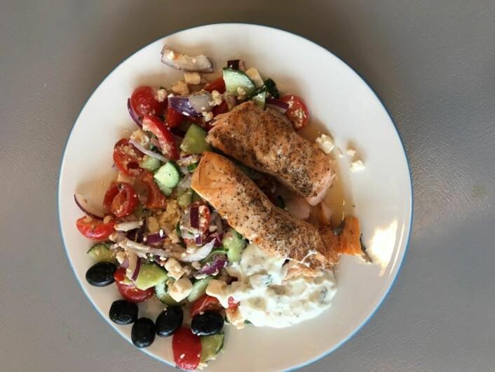 Laks servert med gresk salat, som blant annet inneholder cherrytomater. (Foto: Nofima)