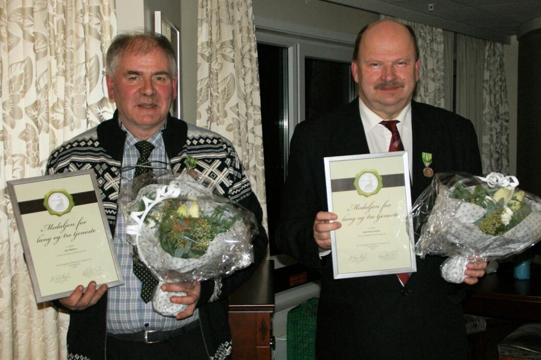 To ansatte på Hotel Ullensvang er hedret med Norges Vel-medaljen for lang og tro tjeneste; Geir Midtun (til venstre), Kjell Inge Gussiås. (Foto: Hotel Ullensvang)