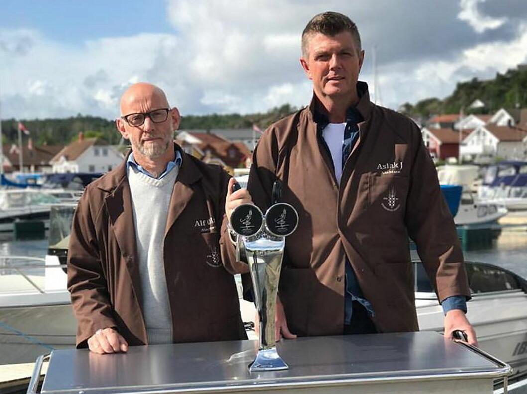 Vi ser frem til et langt og fruktbart samarbeid, sier Alf Olav Øye (til venstre), som er daglig leder i Homborsund Bryggeri. (Foto: Homborsund Bryggeri)