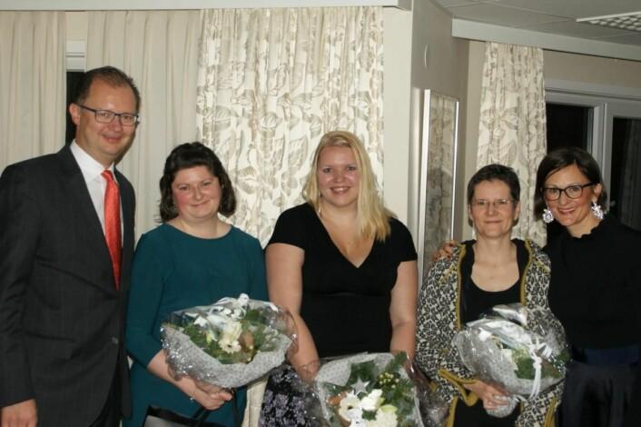 Femte generasjon vertskap på Hotel Ullensvang, Hans E. Utne (til venstre) og Barbara Zanoni Utne (til høyre) sammen med de tre som har tatt fagbrev, Christine Fawcett, Astrid Krogstad og Anke Kern. (Foto: Hotel Ullensvang)