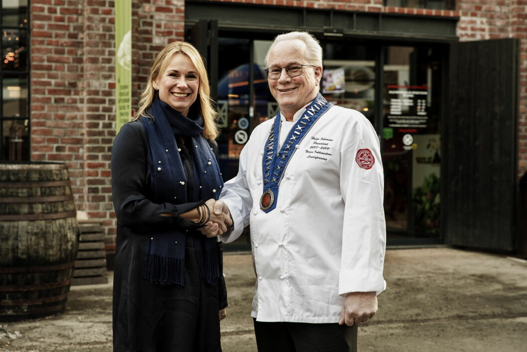 Jonna Ragnhildstveit i Unilever Food Solutions og president i NKL, Helge Johansen. (Foto: NKL)