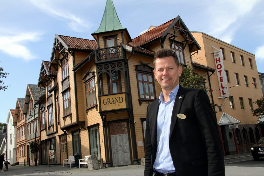 Hotelldirektør Geir Sølve Hebnes Sleveland foran Grand Hotell Egersund. (Foto: Morten Holt)