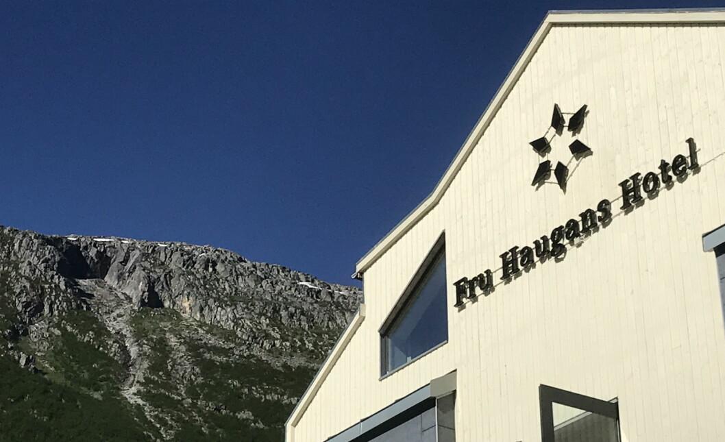 Zipline-banen skal gå fra Øyfjellet (bak i bildet) ned til hotellhagen på Fru Haugans Hotel i Mosjøen. (Foto: Morten Holt)