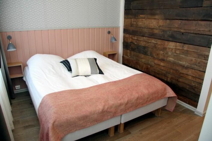 Fra ett av rommene på Grand Hotell Egersund. Legg merke til tømmerveggen. (Foto: Morten Holt)