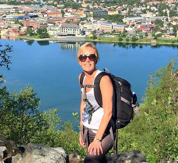 Hotelldirektør Ellen Løvold oppe i Øyfjellet med Fru Haugans Hotel i bakgrunnen. (Foto: Fru Haugans Hotel)