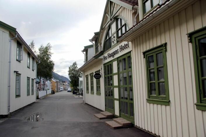 Fru Haugans Hotel ligger i sørenden av den velkjente Sjøgaten i Mosjøen. (Foto: Morten Holt)