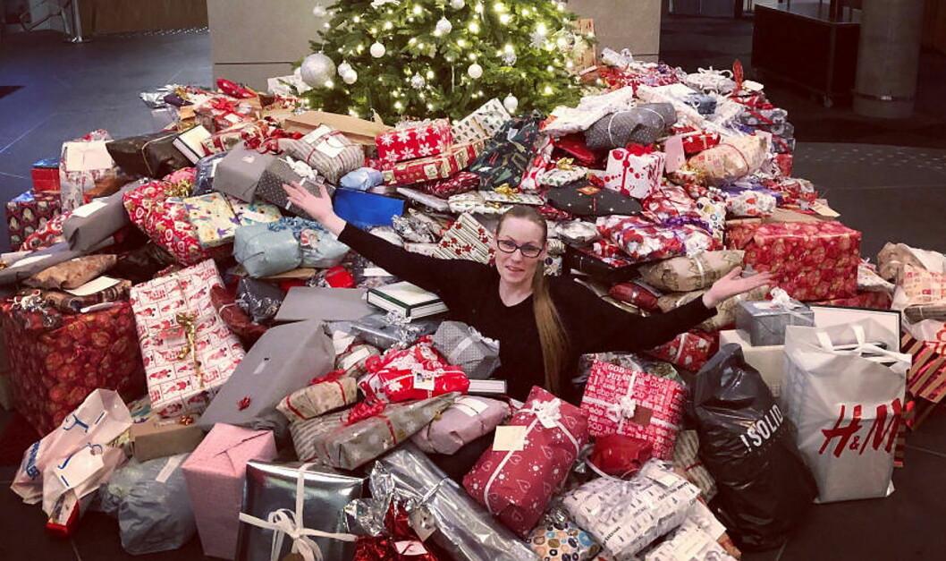 En enorm giverglede har sørget for innsamlingsrekord i «Ensomt juletre søker gaver»-kampanjen til Nordic Choice Hotels. Her fra Clarion Hotel The Edge i Tromsø med Kate Eines, leder for «Hjelp oss å hjelpe – Tromsø». (Foto: Nordic Choice Hotels)