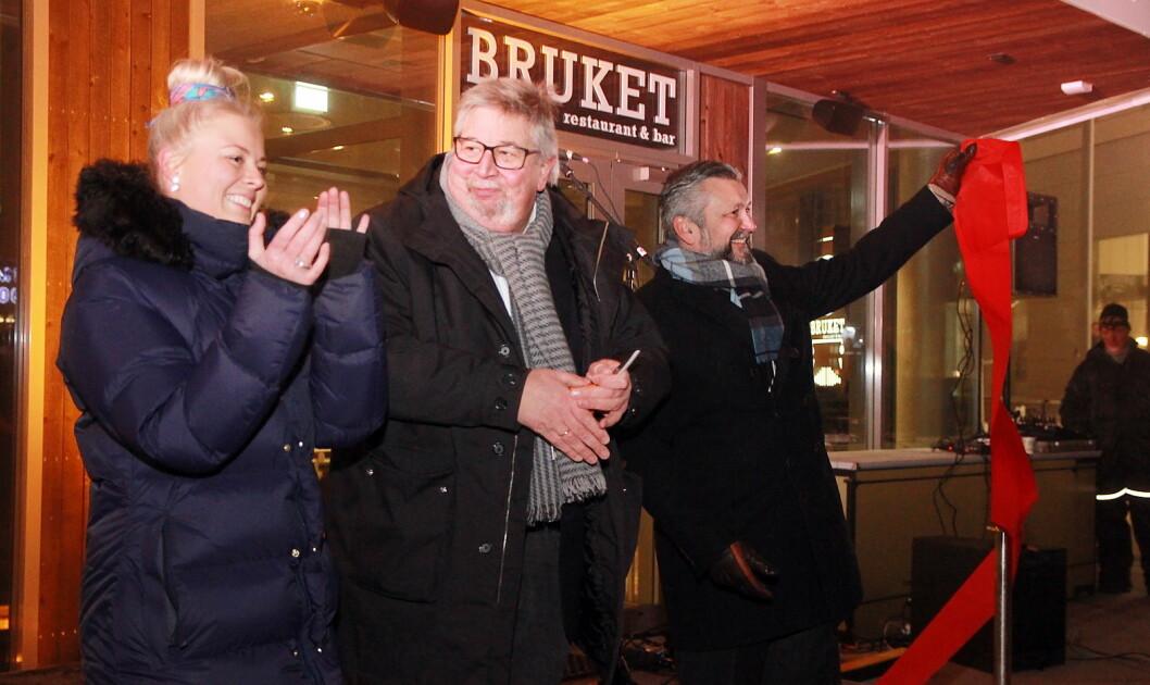 Skedsmo-ordfører Ole Jacob Flæten klippet snora under åpningen. Til venstre hotelldirektør Jannicke H. Lorentzen og til høyre Scandic-sjef i Norge, Svein Arild Steen-Mevold. (Foto: Marianne Wennesland, Scandic Hotels)