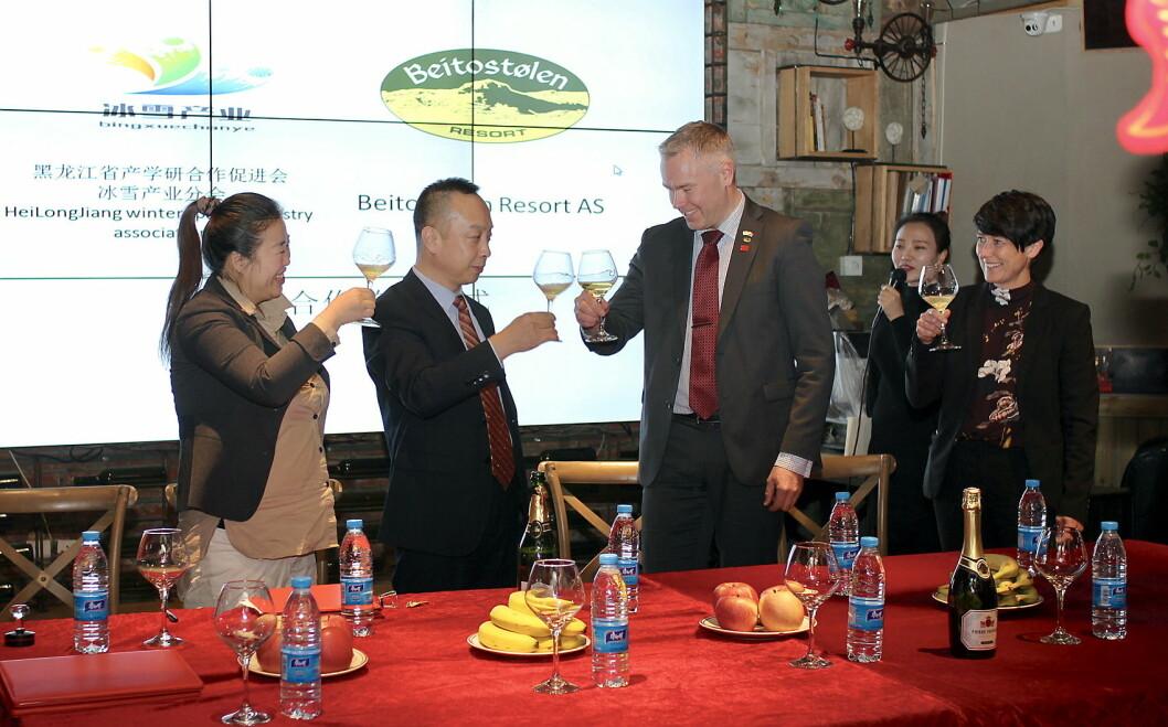 Kineserne har alltid høytidelige signerings-seremonier, og her skåler det i champagne etter at Atle Hovi har signert den historiske avtalen i Harbin i Kina, søndag kveld. Til høyre ser vi opplands fylkesvaraordfører Aud Hove. (Foto: DestinasjonsKirurgene)