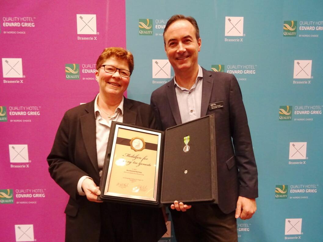 Rita Hjorthaug sammen hotelldirektør på Quality Hotel Edvard Grieg, Kjetil Røed. (Foto Quality Hotel Edvard Grieg)