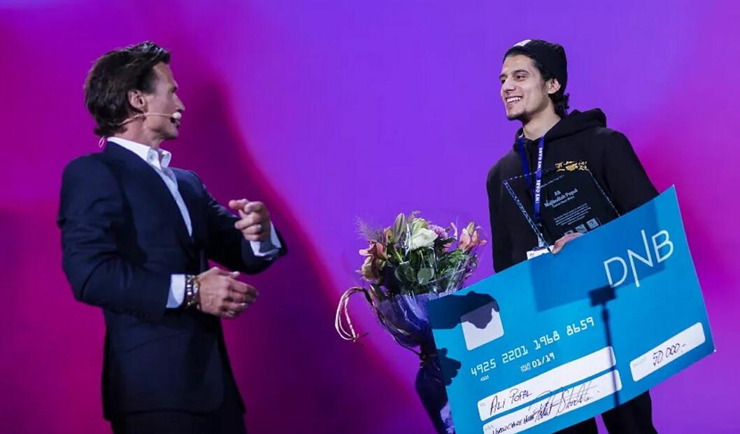 Petter A. Stordalen overrakte Ali Popal mer enn bare prisen for Årets medarbeider under helgens medarbeidersamling i Nordic Choice Hotels. (Foto: Nordic Choice Hotels)