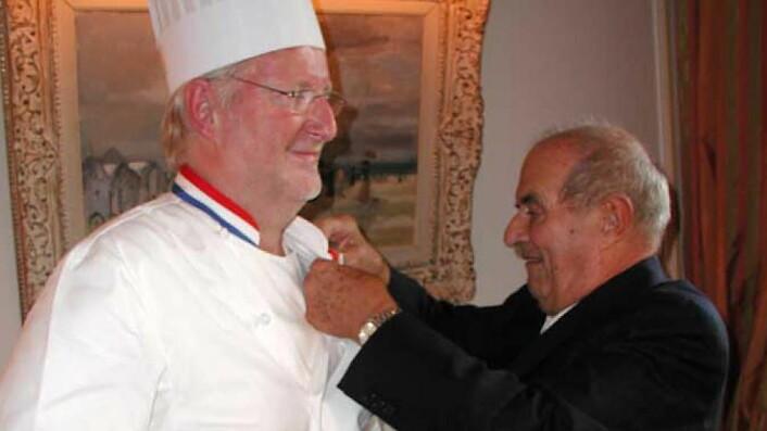 Paul Bocuse deler ut medaljen som viser at Eyvind Hellstrøm er ridder av den franske Æreslegionen i 2007. (Foto: Arkiv)