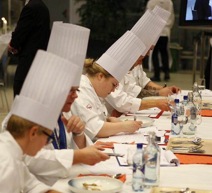 Dommerne i aksjon, i midtenRenèe Fagerhøi, i fjorårets konkurranse. (Foto; NKL)