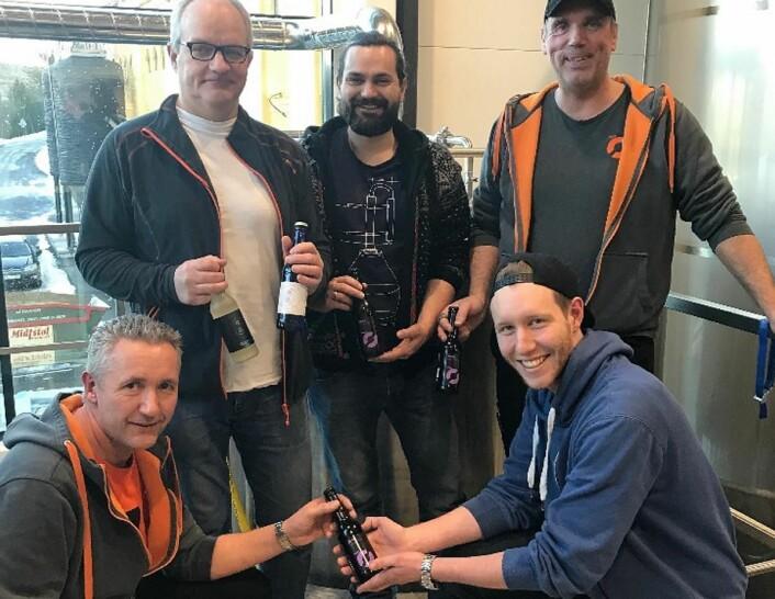 Nøgne Øs bryggere. Fra venstre&nbsp;Paul Arvid Håstø, Brock Bennett (sake-brygger), Arne Edvard Hortemo, Reier Hetland (foran) og Alf Reidar Robstad.<br /><br />(Foto: Nøgne ø)