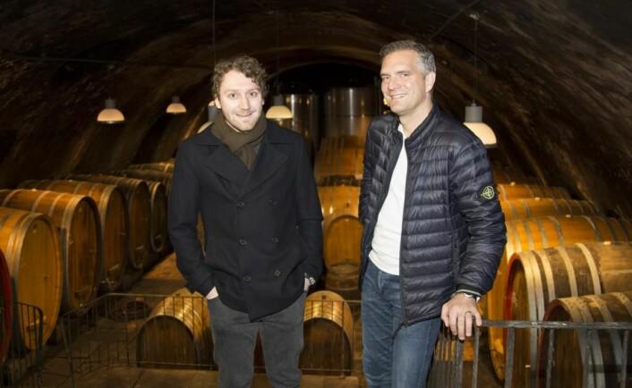 Simon Zimmermann i vinkjelleren hos Weingut Wittmann sammen med Philipp Wittmann.(Foto: Jørn G. Broll)