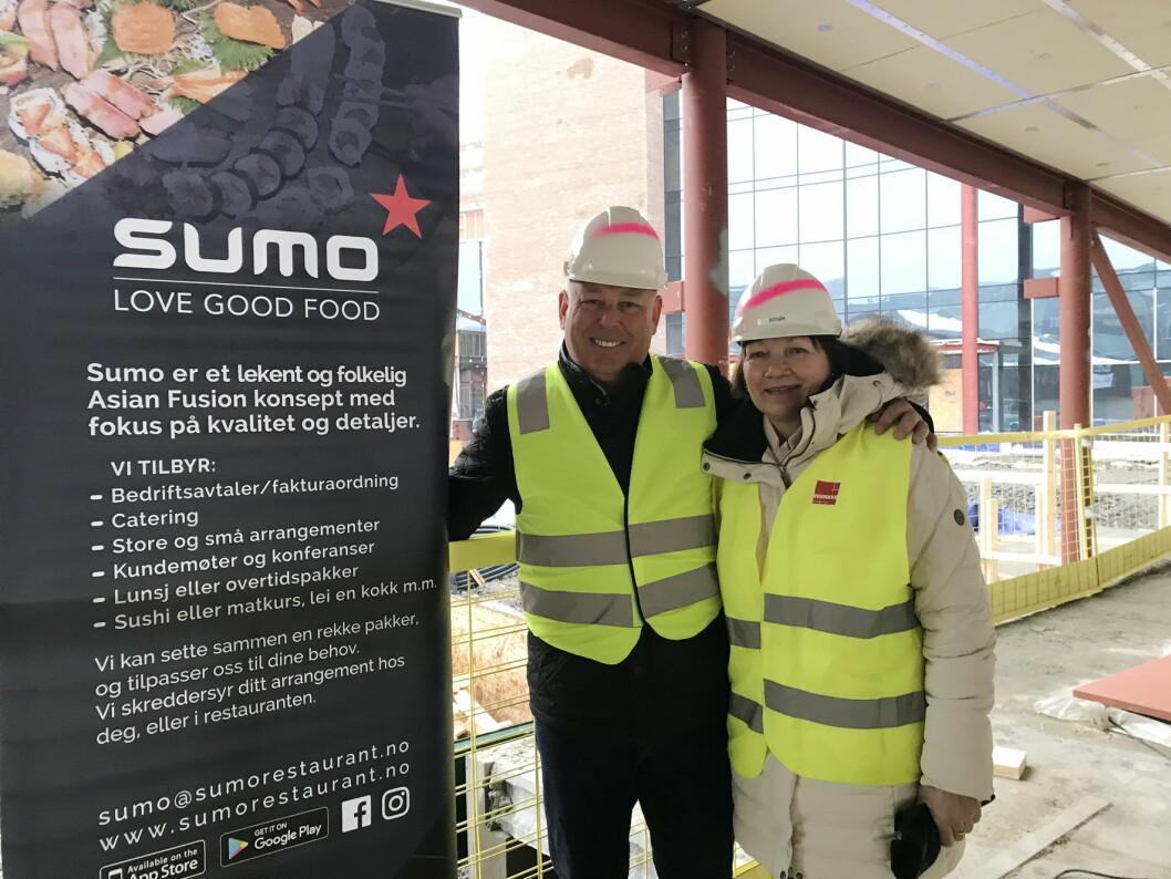 Finn-Axel Rasmussen sammen med senterdirektør på Storo Storsenter, Unni Merethe Aasgaard. (Foto: Sumo)