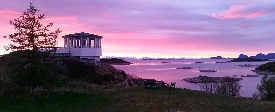 Villa Haugen er De Historiskes tredje destinasjon i Nord-Norge. Her utsikt fra Grøtøya mot Lofoten/Vesterålen (i bakgrunnen) og Engeløya, til høyre i bildet. Like til høyre for huset skimtes det majestetiske fjellet Møysalen. (Foto: De Historiske)