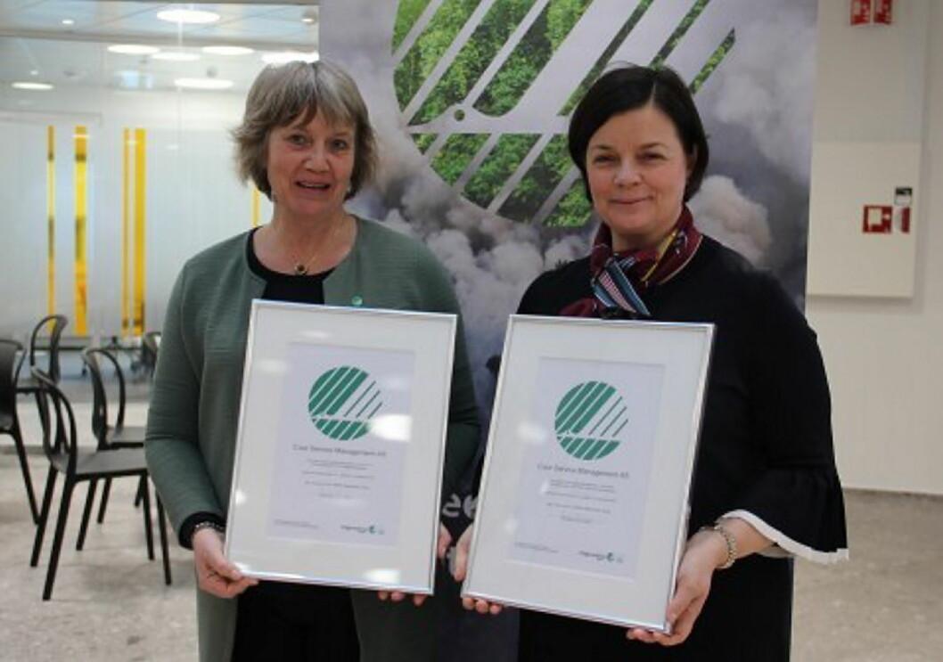 Anita Winsnes, daglig leder i Stiftelsen Miljømerking og Mona Dehli, direktør for Business Unit I, Single Services i Coor Norge. (Foto: Coor Norge)
