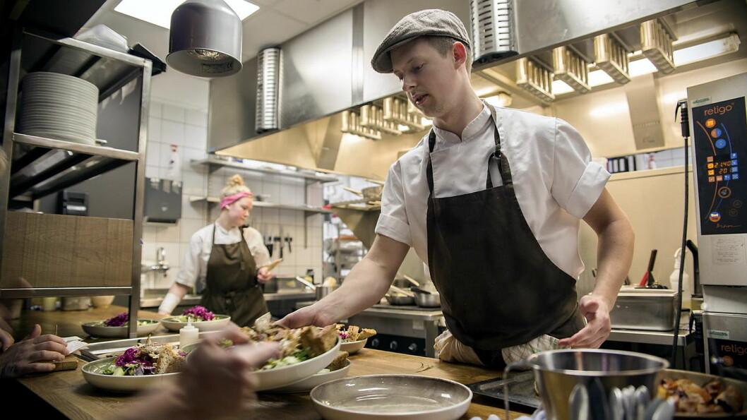 Kokk Glenn Svensson i aksjon på restaurant «Bønder i Byen». (Foto: Spis ute-uka/Kristian Hole)